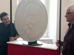 Na největší minci světa bude český lev a tatíček Masaryk. Brněnská mincovna ji odhalí v sobotu