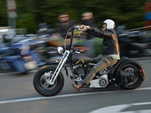Do Pasohlávekdorazilo zhruba osm tisíc nadšenců motorek Harley Davidson, další ještě přijedou