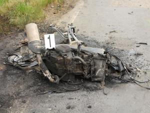 Mladý motorkář se čelně srazil s dodávkou. Motocykl začal hořet, řidič zemřel