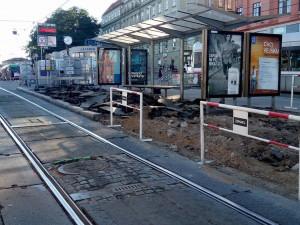 Do pátku bude hotový prostřední ostrůvek před hlavním nádražím, pak přijdou na řadu krajní