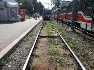 Horko v Brně ohnulo i tramvajové koleje, centrum města chladí kropící vůz