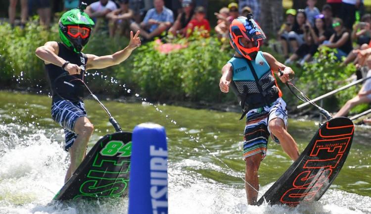 Závodníci MotoGP surfovali na přehradě