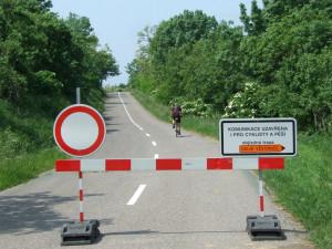 Zavřenou silnici v DolníchVěstonicích chce pomoci vyřešit kraj