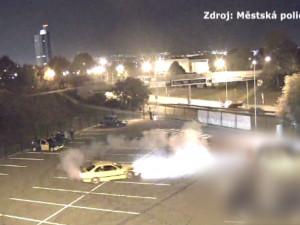 VIDEO: Tokyo Drift po brněnsku. Parta nadšenců do tuningu driftovala na brněnském parkovišti