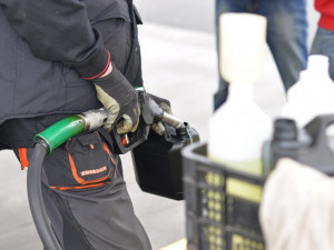 Zfetovaný muž se pokusil zapálit benzínku v Černé hoře. V Lipůvce pak naboural tři auta