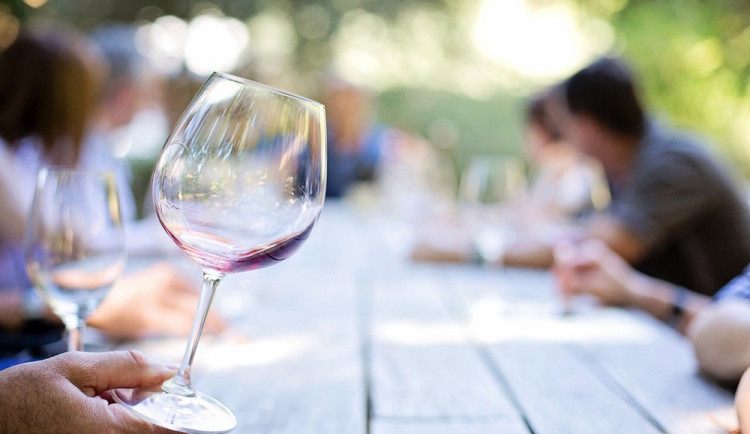 Žena přebrala při pití vína ve sklípku, začala být agresivní a pokousala cizího muže na stehně