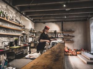 Oblíbená brněnská kavárna dnes vydraží umělecké obrazy na vozík nemocného chlapečka