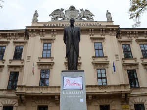 Padnu. Sochu Masaryka v Brně ozdobila další pletená dečka