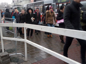 Hollan protestuje proti zábradlí před hlavním nádražím. Podle policie nesplňuje zákonné požadavky