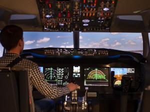 Dva nadšenci si v Brně postavili letecký simulátor. V Boeingu nebo stíhačce tak můžete proletět svět