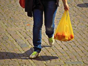 Rok 2018 přinese zákaz igelitek zdarma a zpřísnění prodeje kotlů