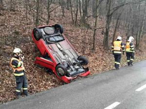 Silvestr ještě ani nezačal a hasiči už museli řešit dvě dopravní nehody. Dva lidé se zranili