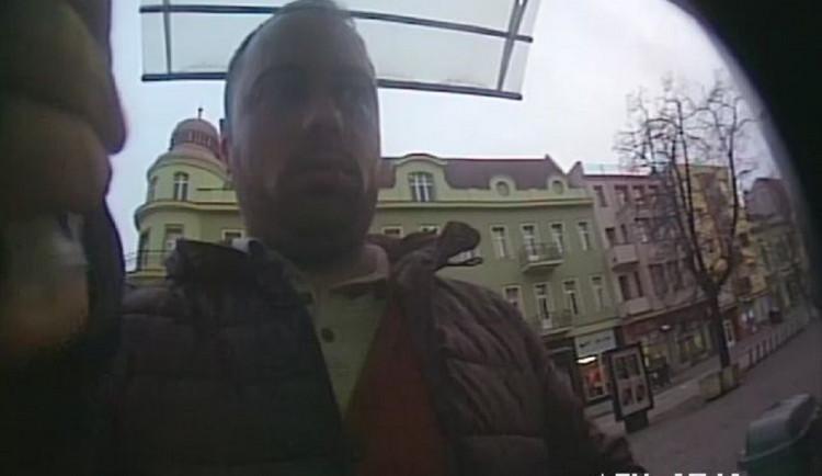 Poznáte ho? Tenhle mazaný muž připevňuje na bankomaty lištu, která při výběru schová vaše peníze