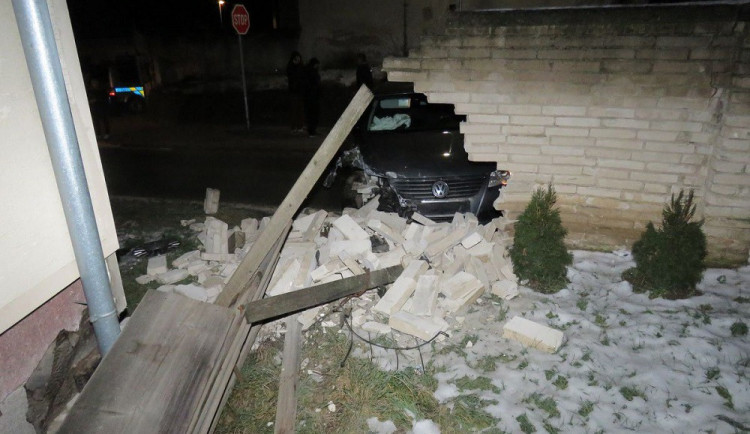 Opilý mladík v Passatu si zahrál na demoliční kouli a prorazil zeď vedle rodinného domu