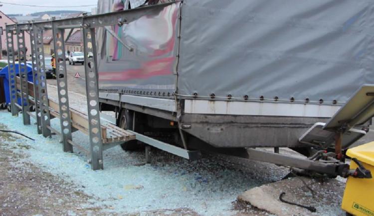 Na Brněnsku se utrhl přívěs kamionu a zdemoloval zastávku, kde čekalo pět lidí