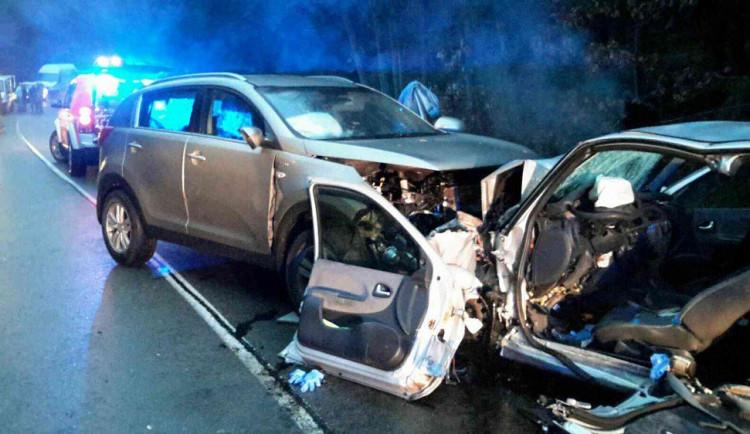Na Brněnsku se čelně srazila dvě auta, jednoho člověka museli hasiči vyprošťovat