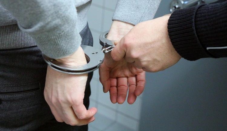 Vězeň na útěku se vloupal do obchodu a opil se. Skončil zpátky ve vězení