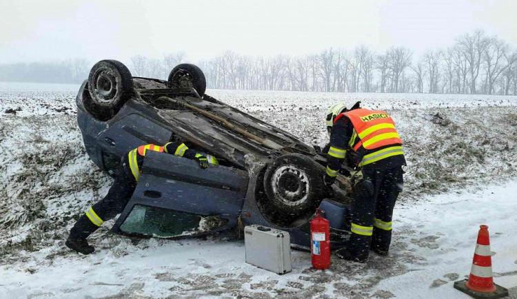 Na jižní Moravě napadl sníh. Počet nehod vylétl nahoru