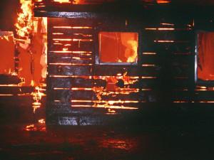 Mladý muž v noci podpálil dům. Chtěl, aby v něm uhořela jeho příbuzná