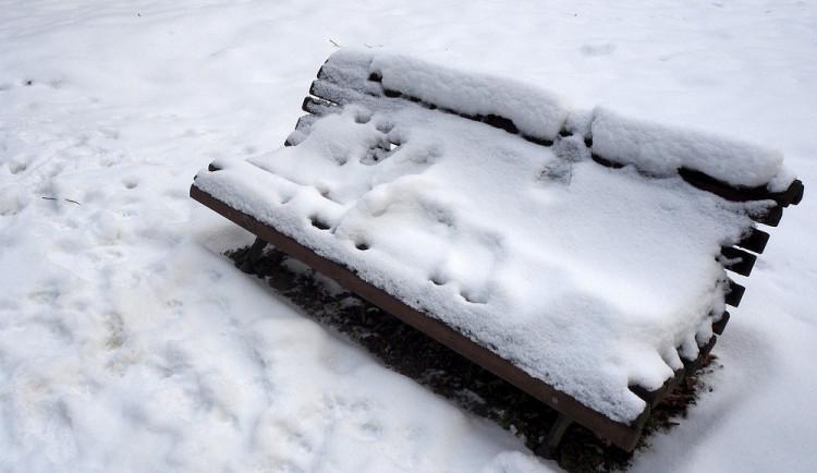 Opilá žena si v mrazech ustlala na lavičce, před umrznutím ji zachránil starosta