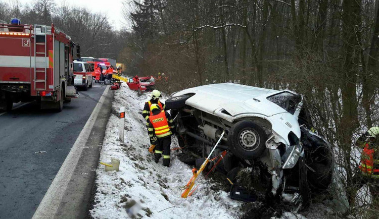 Po nehodě auta s dodávkou museli hasiči jednoho člověka vyprošťovat