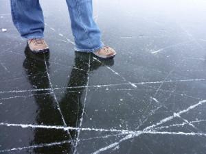 Prýgl zamrzl. Led však ještě není dostatečně silný