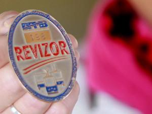 Muž jel brněnskou MHD načerno, pak ukradl revizorovi odznak