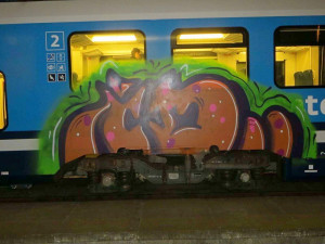 FOTO: Vandal se vyřádil na odstaveném vlaku v Rájci-Jestřebí