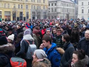 Se vzpomínkou na zavražděného novináře a jeho snoubenku v Brně pochodovalo přes tisíc lidí