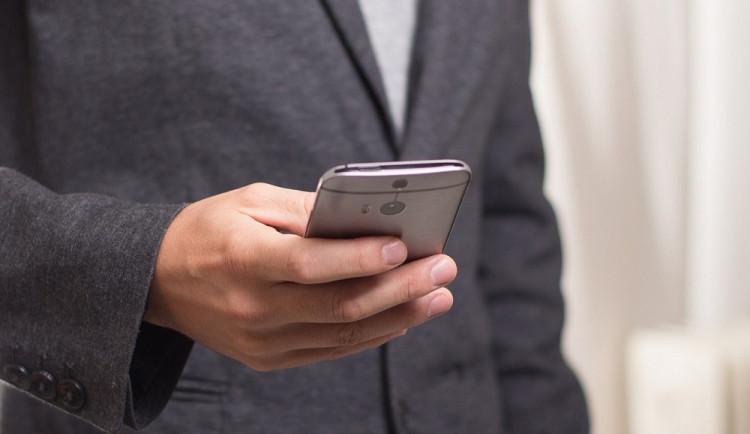 Stalker se nedokázal smířit s rozchodem, bývalé přítelkyni napsal pět tisíc vulgárních sms zpráv