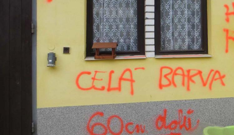 FOTO: Vandal se chtěl pomstít majitelce, posprejoval jí celý dům