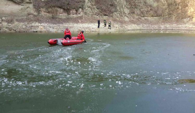 Svědek zachránil život muži, pod kterém se propadl led. Pejskovi však už pomoct nedokázal