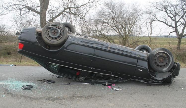 FOTO: Mladí řidiči poslali svá rychlá auta přes 'boudu', zranili přitom sebe i posádku auta