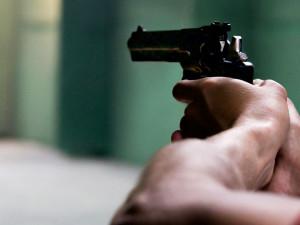 Osmdesátiletému důchodci ve vlaku vadilo, že si cestující kýchl. Vytáhl na něj revolver