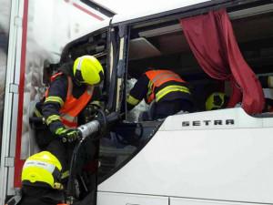 Na D1 se ve středu srazily dva kamiony a autobus. Jeden z řidičů zůstal zaklíněný v kabině