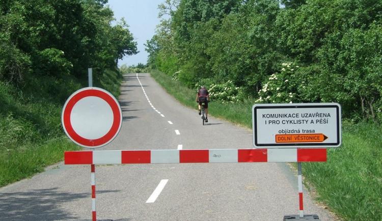 Silnice mezi Pavlovem a Věstonicemi je po čtyřech letech opět alespoň kyvadlově průjezdná