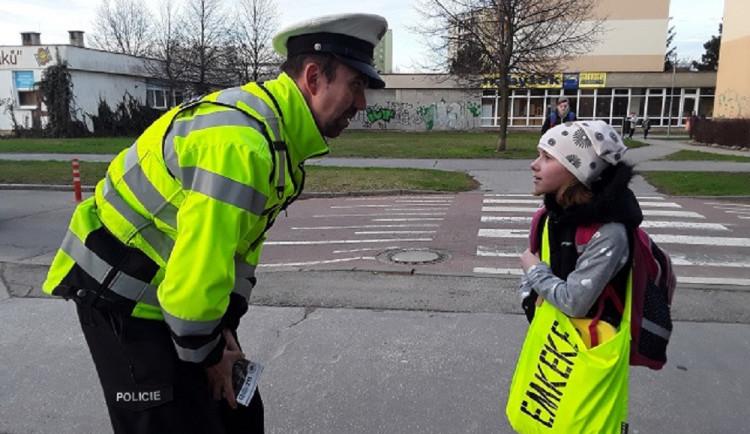Zebra se za Tebe nerozhlédne! Policisté ukazují školákům, jak se chovat na přechodu