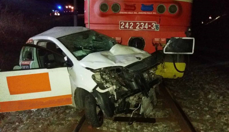 Od smrti ho dělily vteřiny. Řidič po pádu ze srázu vylezl z auta těsně před tím, než ho zdemoloval vlak