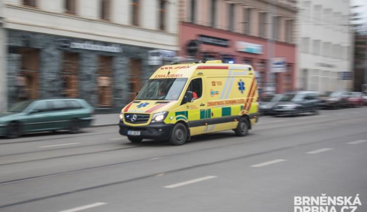 Na Poříčí v Brně se v noci srazila auta a smetla i dva chodce, tři lidé skončili v nemocnici