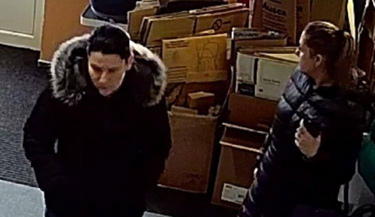 Jedna z těchto žen ukradla v Brně kočárek. Nepoznáte je?