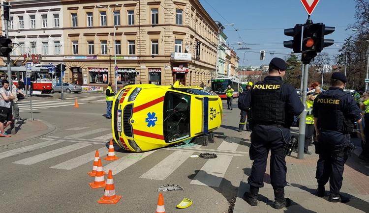 VIDEO: V Brně se u Lužánek srazil osobák se záchrannou službou, tři lidé se zranili