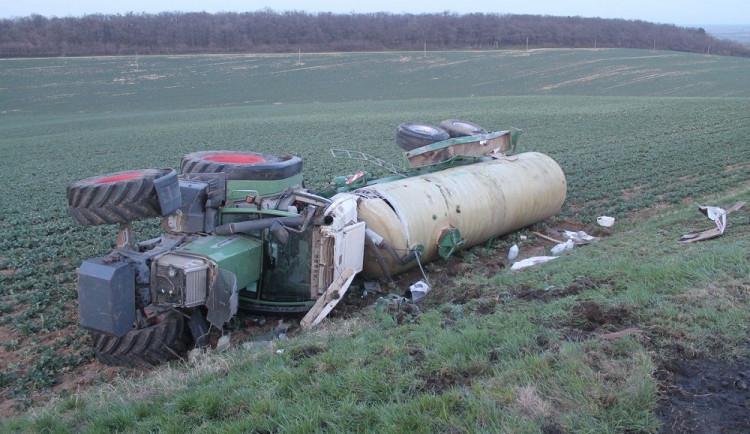 FOTO: Mladý řidič převrátil pod kopcem traktor i s cisternou, pád ho vymrštil z kabiny na silnici