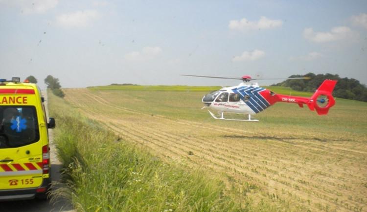Mladý motorkář se na polní cestě vyboural bez helmy, letěl pro něj vrtulník