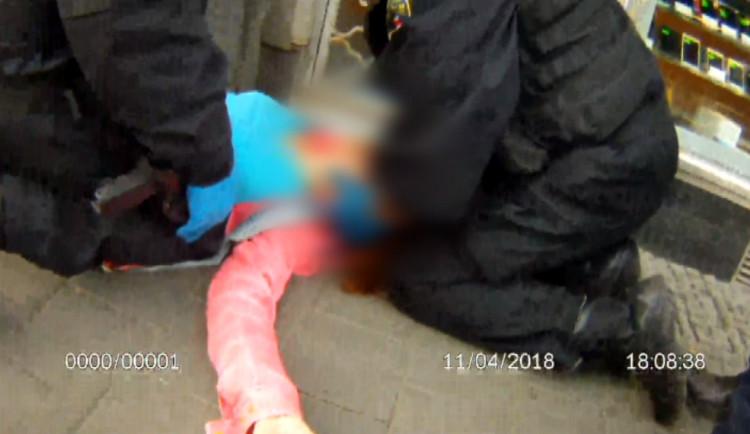 VIDEO: Ženě se na hlavním nádraží zastavilo srdce. Strážníci jí zachránili život