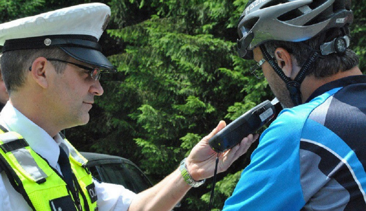 Na jižní Moravě se vybourali dva namol opilí cyklisté, nadýchali okolo dvě a půl promile