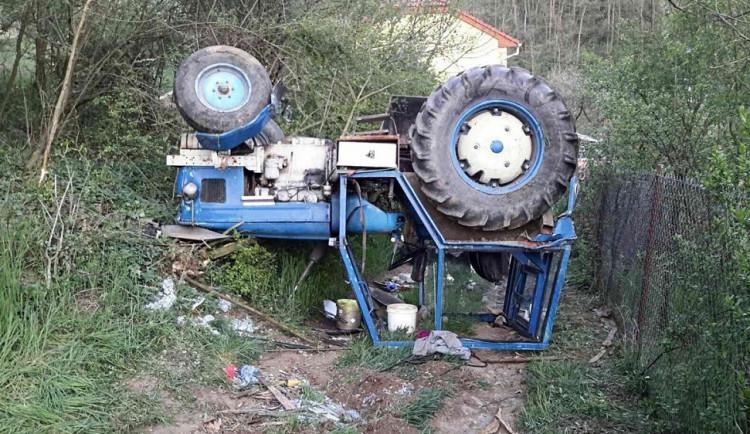 Na Brněnsku se převrátil traktor, řidiče museli vyprošťovat hasiči