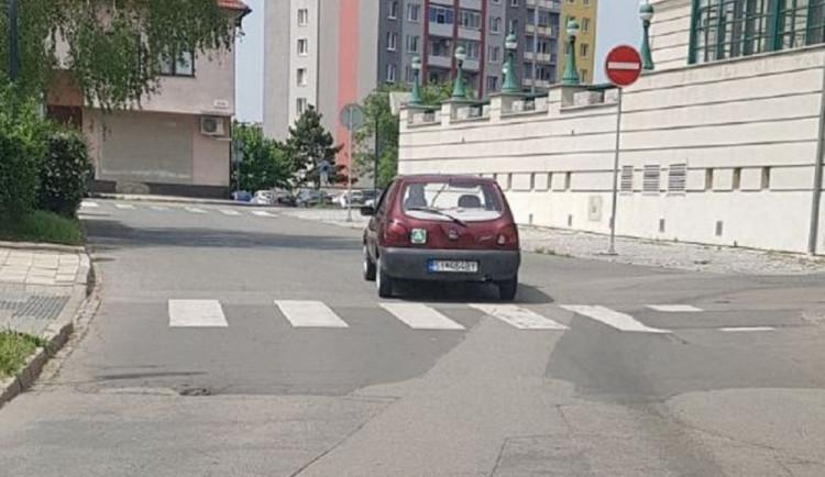 Řidič ve Fiestě se slovenskou značkou naboural dva velké bavoráky a ujel. Policisté po něm pátrají