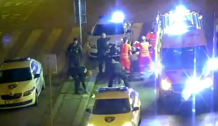 VIDEO: Muži se na hlavním nádraží v Brně zastavilo srdce,  strážníci ho přivedli zpět k životu