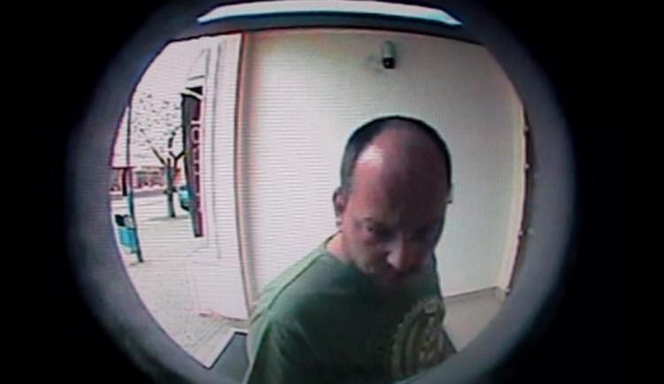 VIDEO: Muž si vzal cizí peníze z bankomatu. Nepoznáte ho?