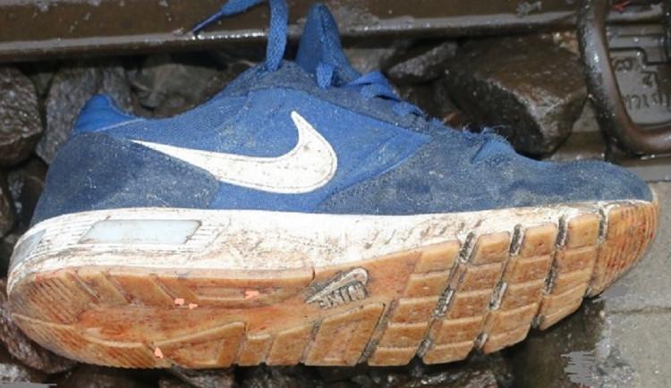 Policisté stále neznají totožnost muže, kterého u Břeclavi srazil vlak. Zveřejnili fotku jeho obuvi